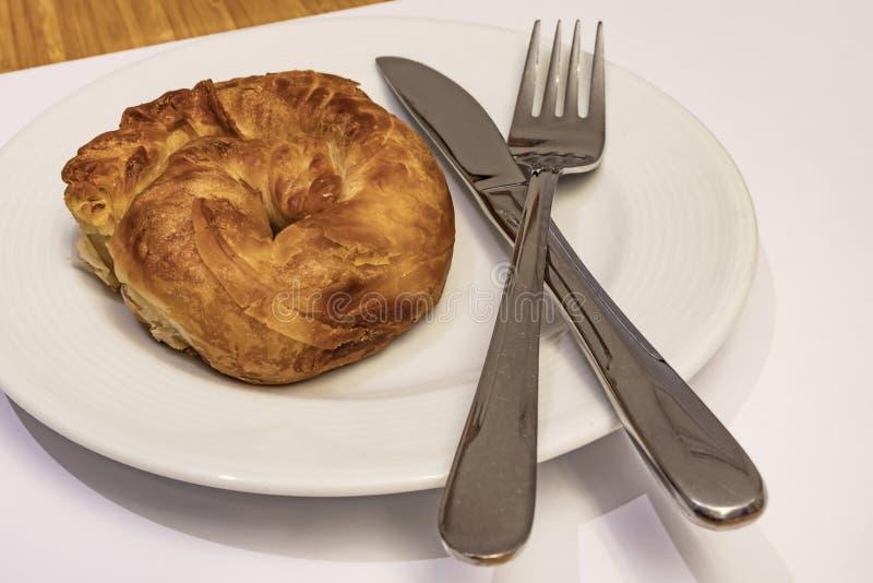 Prêt à manger de la pâte de roses turquoise boréale de fromage blanc en assiette blanche avec cuillère et fourchette image libre de droits