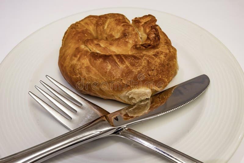 Prêt à manger de la pâte de roses turquoise boréale de fromage blanc en assiette blanche avec cuillère et fourchette photos libres de droits