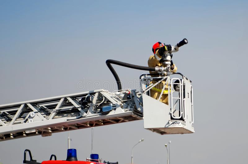 Prêt à travailler pour soulever le camion de pompiers Éteindre les feux et sauvegarde des personnes image libre de droits