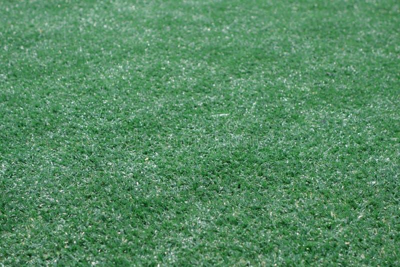 Pr?t artificiel de terrain de football d'herbe de couleur verte avec l'effet de tache floue photos libres de droits