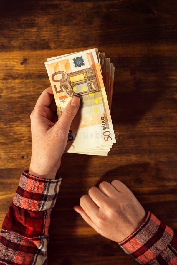 Prêt de offre d'argent de femme dans d'euro billets de banque de devise image libre de droits