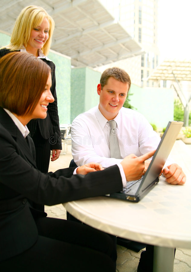 Prêter l'attention au femme d'affaires affichant l'ordinateur portatif photos libres de droits