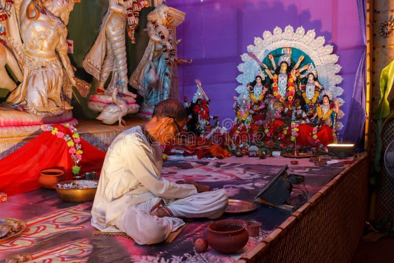 Prêtre adorant dans le temple hindou photo stock