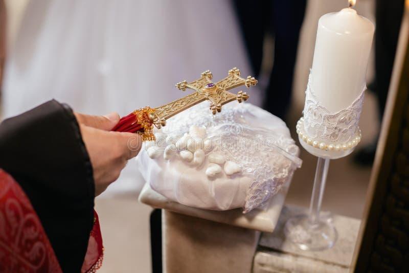 Prêtre arménien tenant la croix pendant le mariage images libres de droits