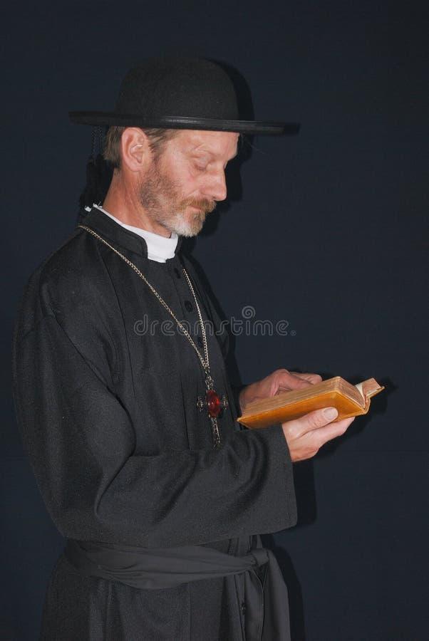 Prêtre avec la bible photographie stock