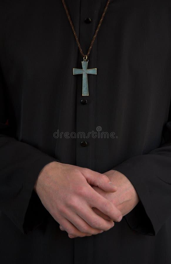 Prêtre, crucifix et mains photo libre de droits
