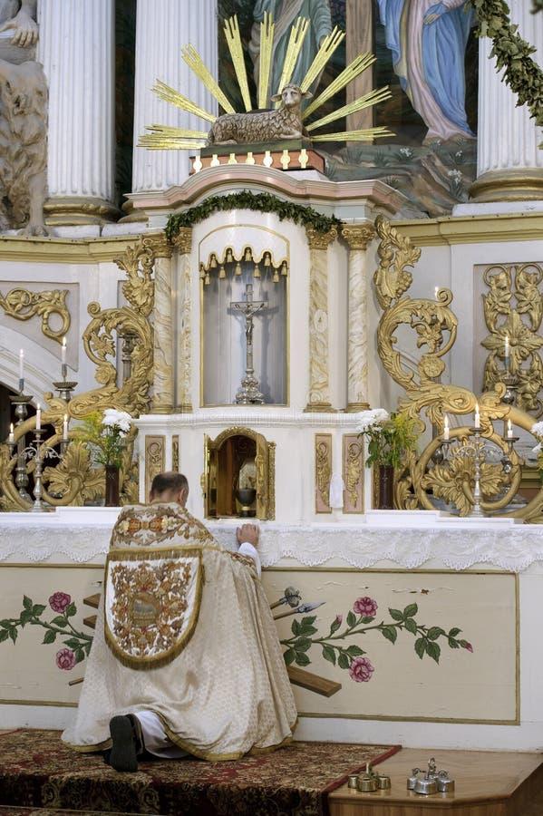Prêtre dans une église photographie stock