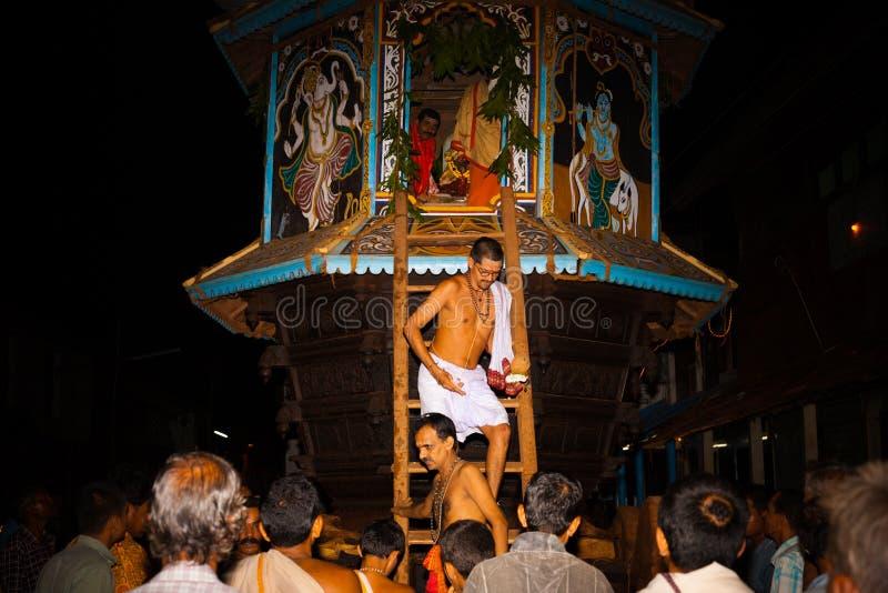 Prêtre de Brahmin quittant le festival de Ratha Gokarna images stock