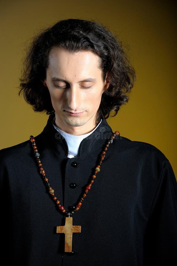 Prêtre de prière avec la croix en bois photo libre de droits