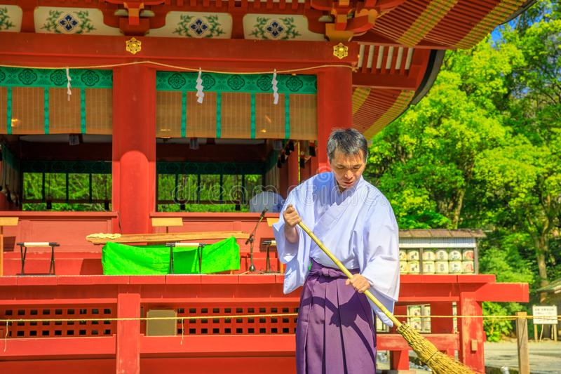 Prêtre de Shinto chez Tsurugaoka Hachiman photographie stock