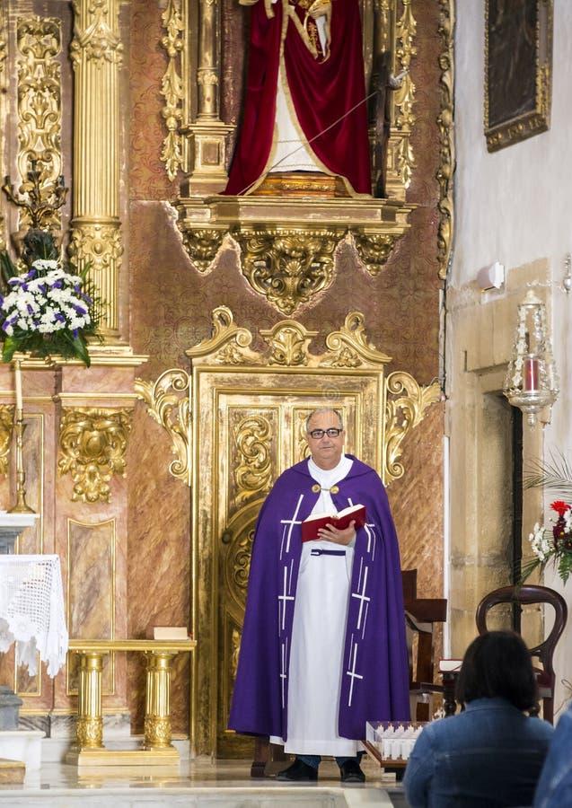 Prêtre donnant la masse dans une église photographie stock libre de droits