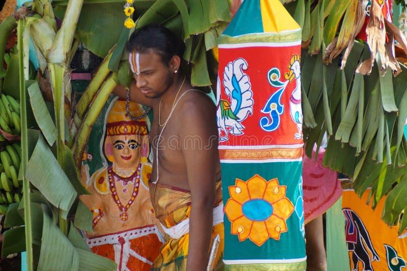 Prêtre indou se tenant sur le char décoré pendant le festival, Ahobilam, Inde images libres de droits