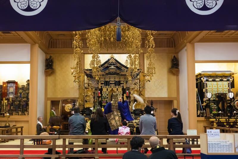 Prêtre japonais au temple de Zojoji à Tokyo photo stock