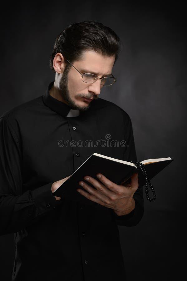 Prêtre lisant la Sainte Bible. Portrait de prêtre lisant Ho images libres de droits