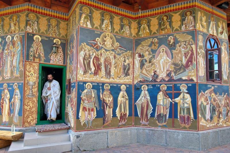 Prêtre orthodoxe chez Petru Voda Monastery, Roumanie image libre de droits