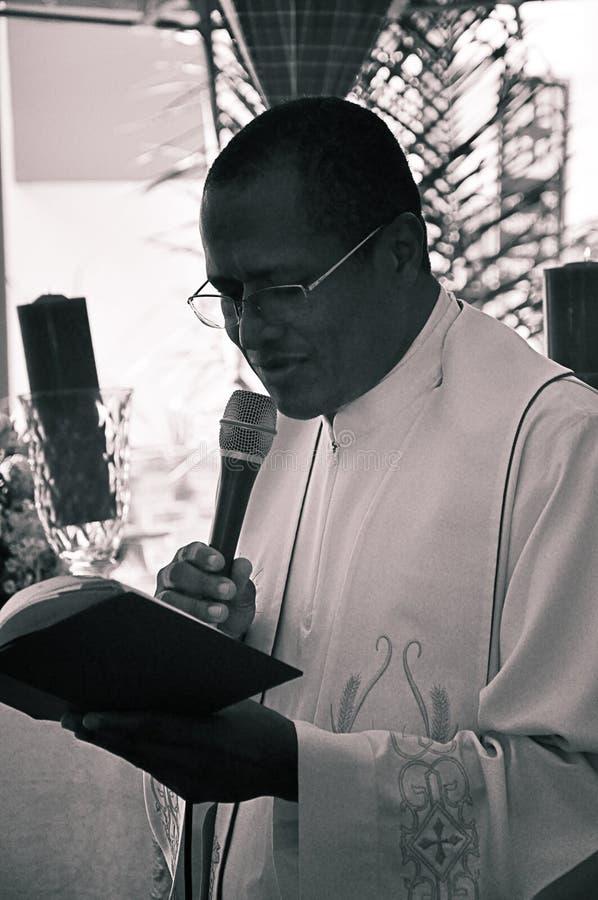 Prêtre parlant du jour de St Anthony photo stock