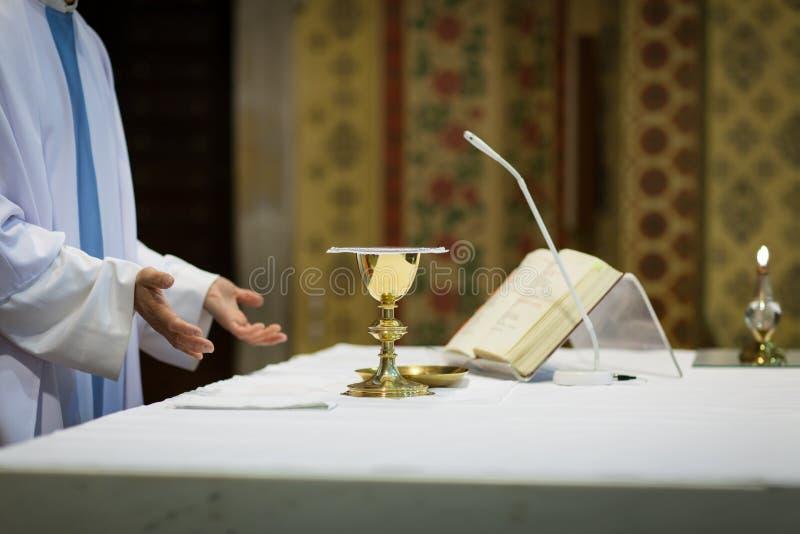 Prêtre pendant une cérémonie de mariage photos libres de droits
