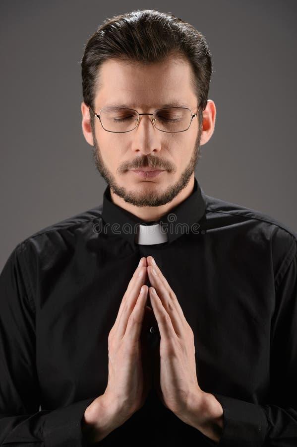 Prêtre priant à Dieu. Portrait de prêtre priant tout en se tenant image stock