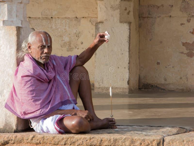 Prêtre Spinning Thread de Brahmin photo libre de droits