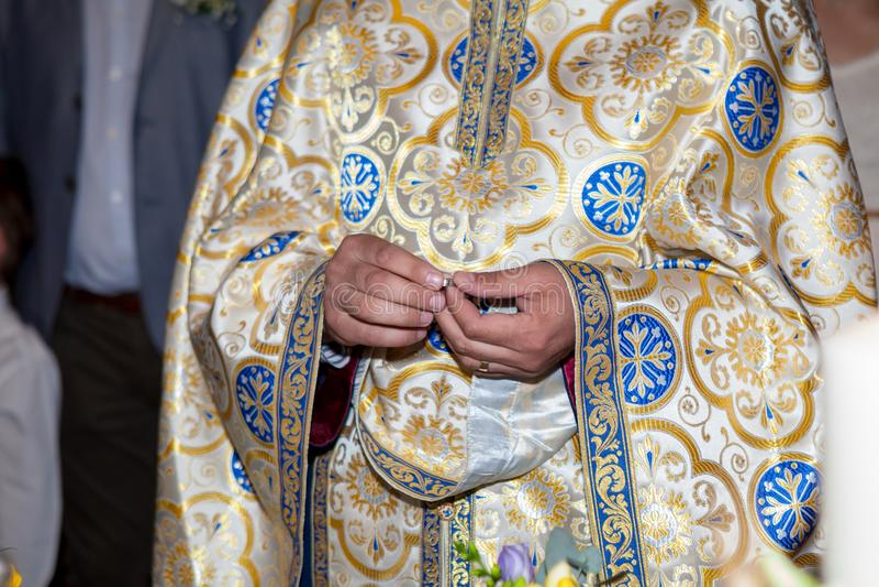 Prêtre tenant un anneau de mariage pendant la cérémonie de mariage images libres de droits