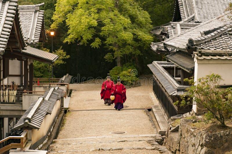 Prêtres dans le Kasuga à Nara photo libre de droits