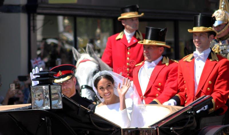 Príncipe Harry y Meghan Markle, Windsor, Reino Unido - 19/5/2018: El carro de la boda de príncipe Harry y de Meghan Markle desfil foto de archivo libre de regalías