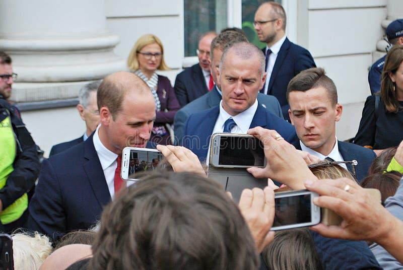 Príncipe William entre as multidões em Varsóvia imagens de stock royalty free