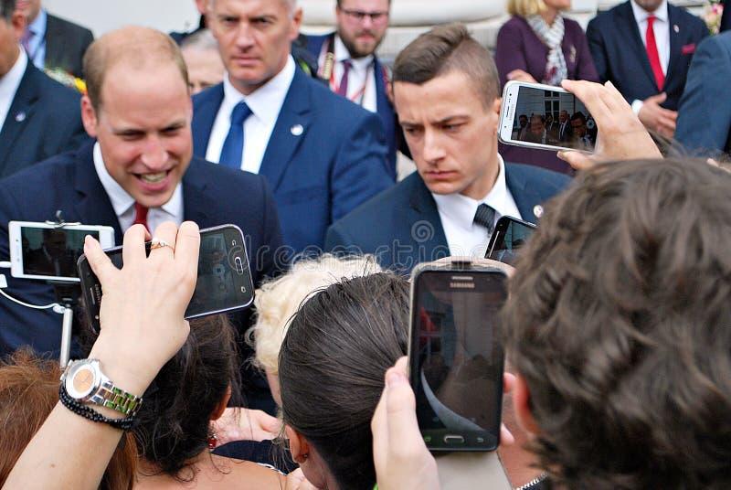 Príncipe William entre as multidões em Varsóvia fotos de stock royalty free