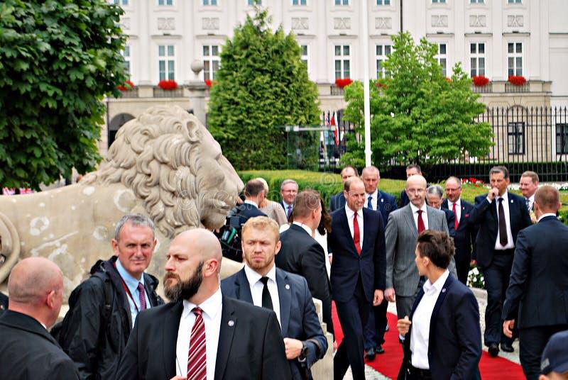 Príncipe William entre as multidões em Varsóvia imagem de stock