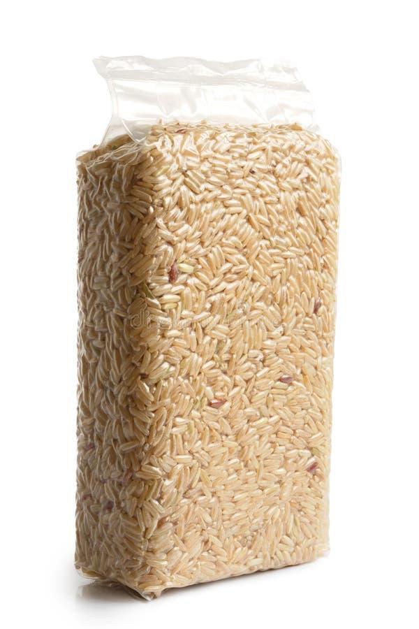 Próżnia - upakowany długi zbożowy brown ryż fotografia stock