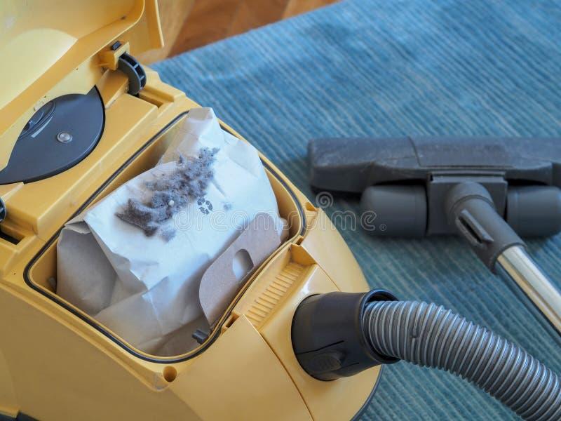Próżniowy cleaner i pył torba obraz stock