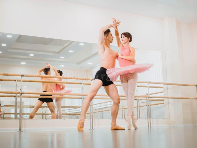 Próba w baletniczym studiu z minimalizmu wnętrzem lub sali Młoda fachowa zmysłowa tancerz para w pięknym obrazy royalty free