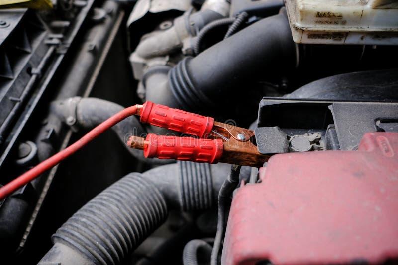 Próba zaczynać silnika samochód z posianym bateryjnym usi zdjęcie royalty free