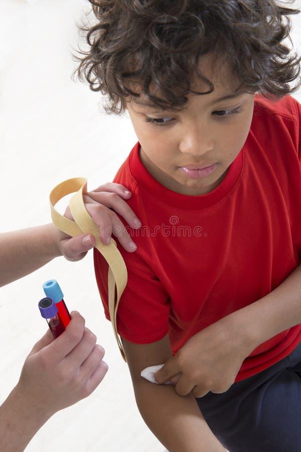 Próbka krwi robić na 7 lat dzieciaku zdjęcia stock
