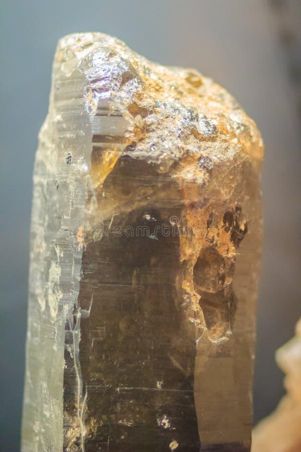 Próbka kwarcowy kolumnowy przyzwyczajenie od kopalnictwa i quarrying indu fotografia royalty free