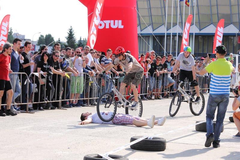 Próbny rowerzysta skacze nad lying on the beach mężczyzna obrazy royalty free