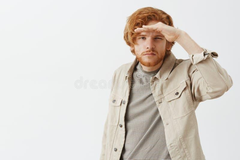 Próbować widzieć na odległości Portret atrakcyjny młody podróżnik, badacz z czerwonym włosy i broda w plenerowym fotografia royalty free