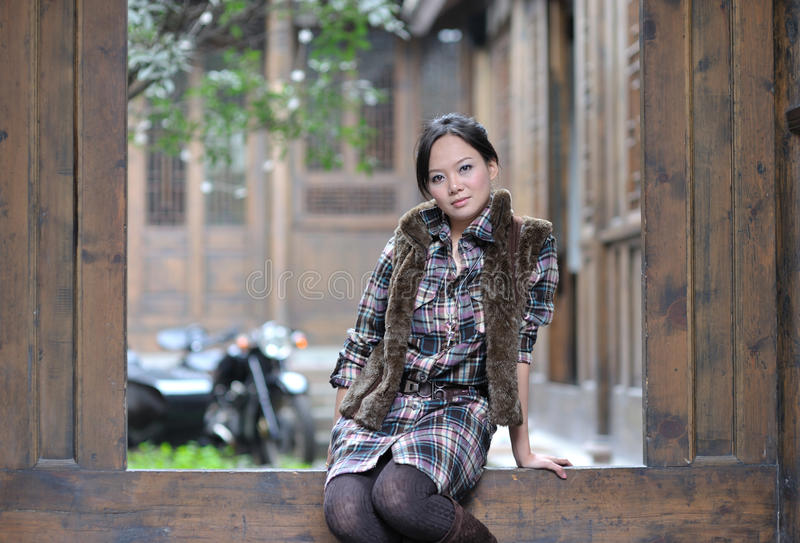 próg siedząca kobieta fotografia stock