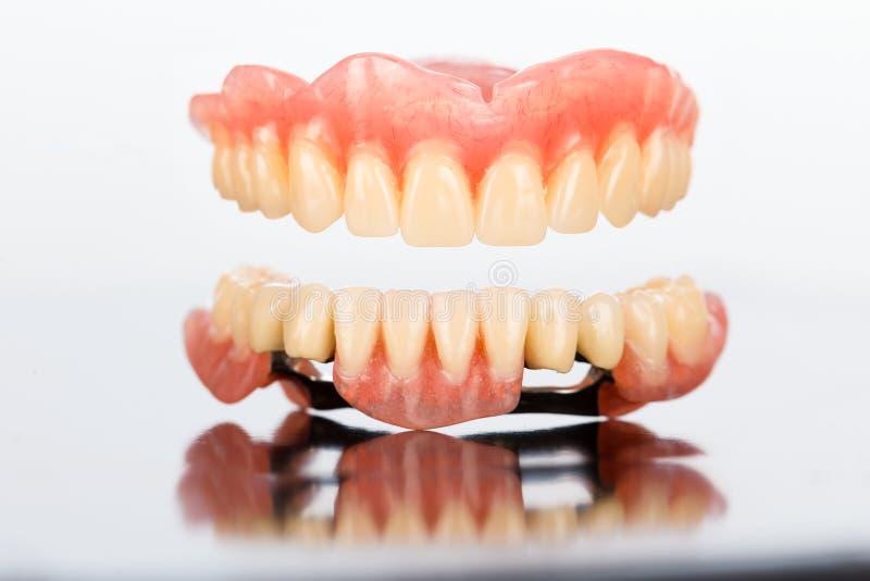 Prótesis dental superior y más baja imagenes de archivo