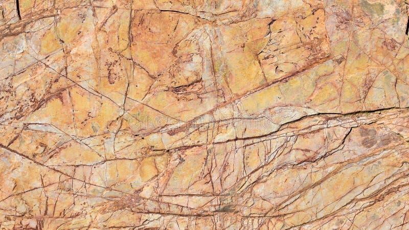 próximo acima de uma pedra alaranjada velha riscada de uma parede arquitetónica que decora o interior de uma casa Foto horizontal imagens de stock