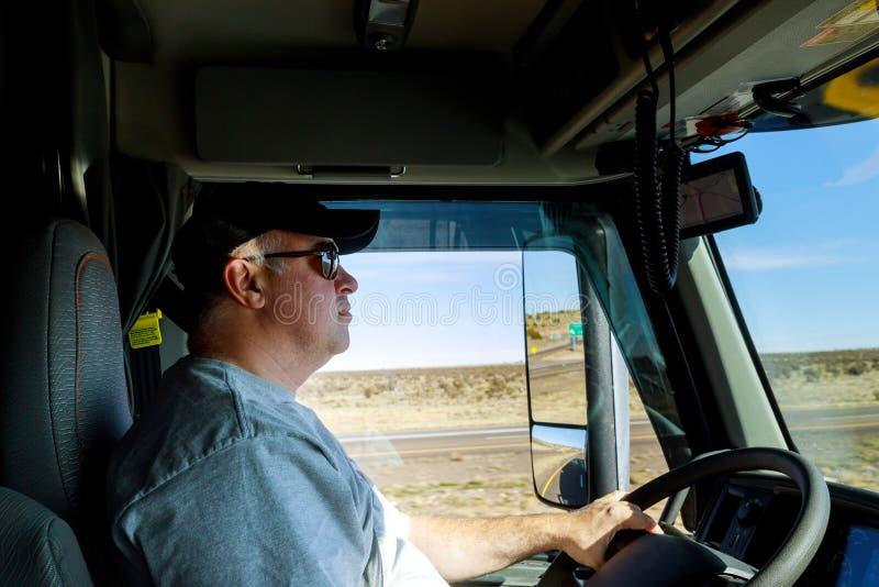 Próximo acima do driver& x27; mãos de s no volante grande do caminhão fotos de stock