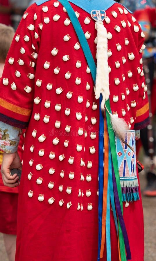 Próximo acima do vestido do dente dos alces no Powwow imagem de stock royalty free