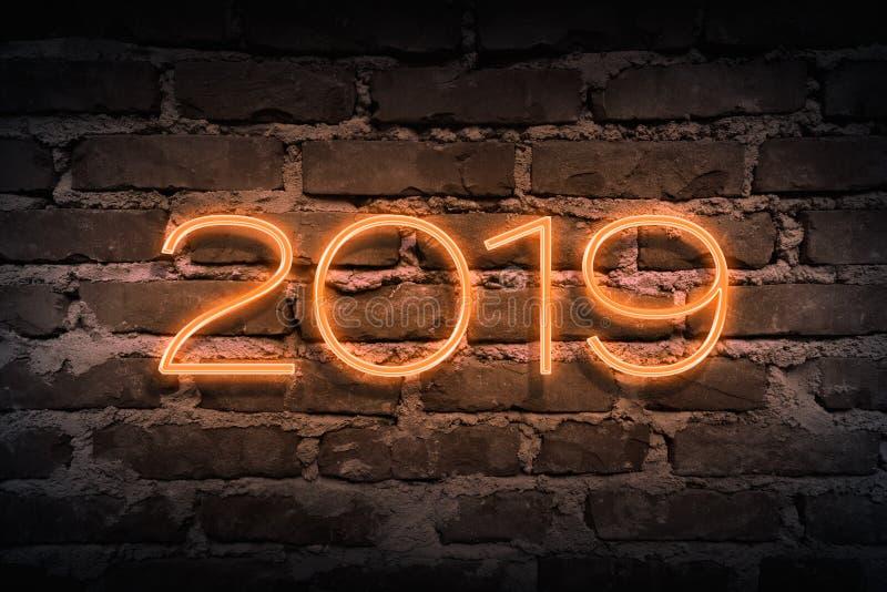 Próximo 2019 anos como o sinal de néon no teste padrão do brickwall como o backgoun fotografia de stock
