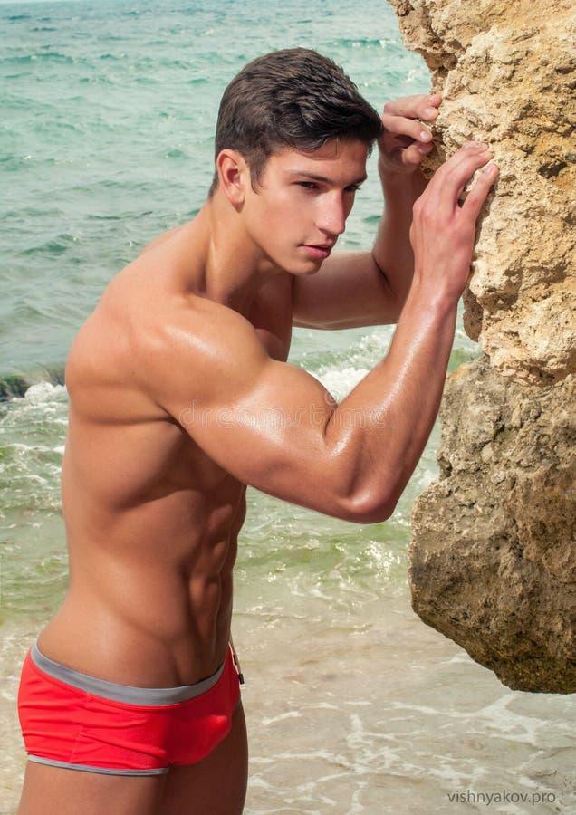 Próximo modelo masculino a água imagens de stock