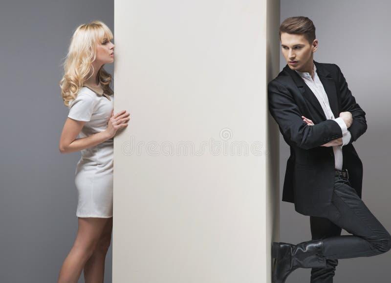 Pröva förförisk blond kvinna att fånga henne pojkvän royaltyfria bilder