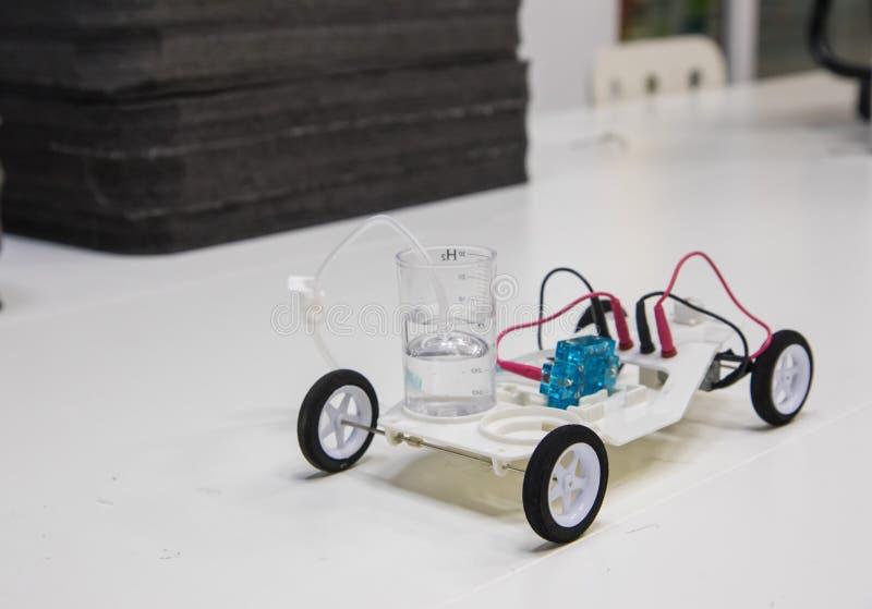 Prövkopia av att använda en vätemotor i en leksakbil royaltyfri bild