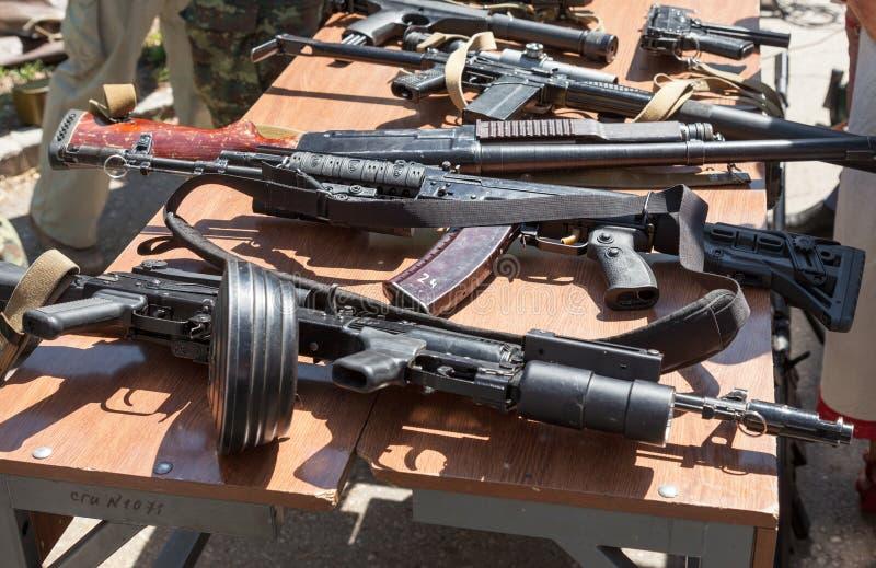 Prövkopior av ryska handeldvapen arkivfoton