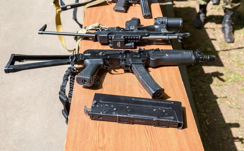 Prövkopior av ryska handeldvapen för specialförband royaltyfria bilder