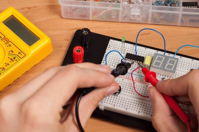 Prüfender elektrischer Kreisläuf auf Versuchsaufbau stockfotos