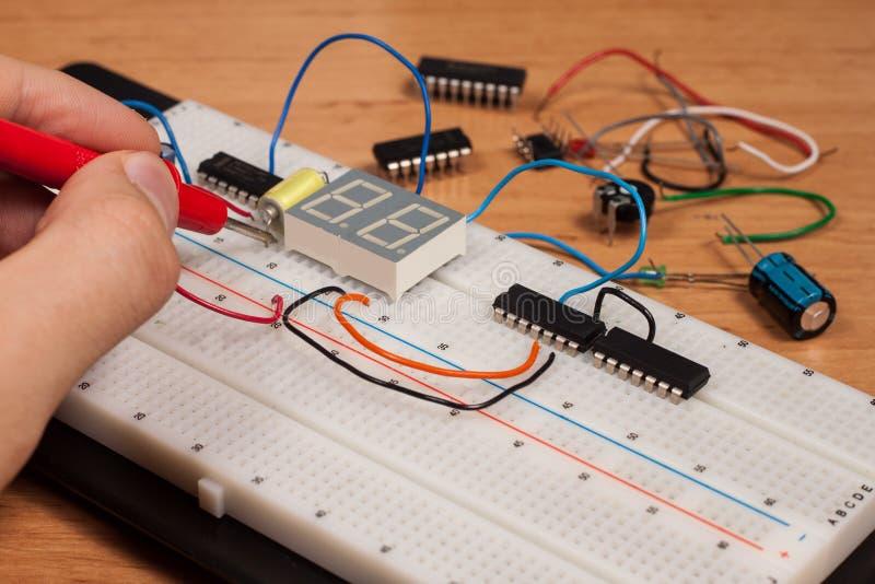 Prüfender elektrischer Kreisläuf auf Versuchsaufbau lizenzfreie stockbilder